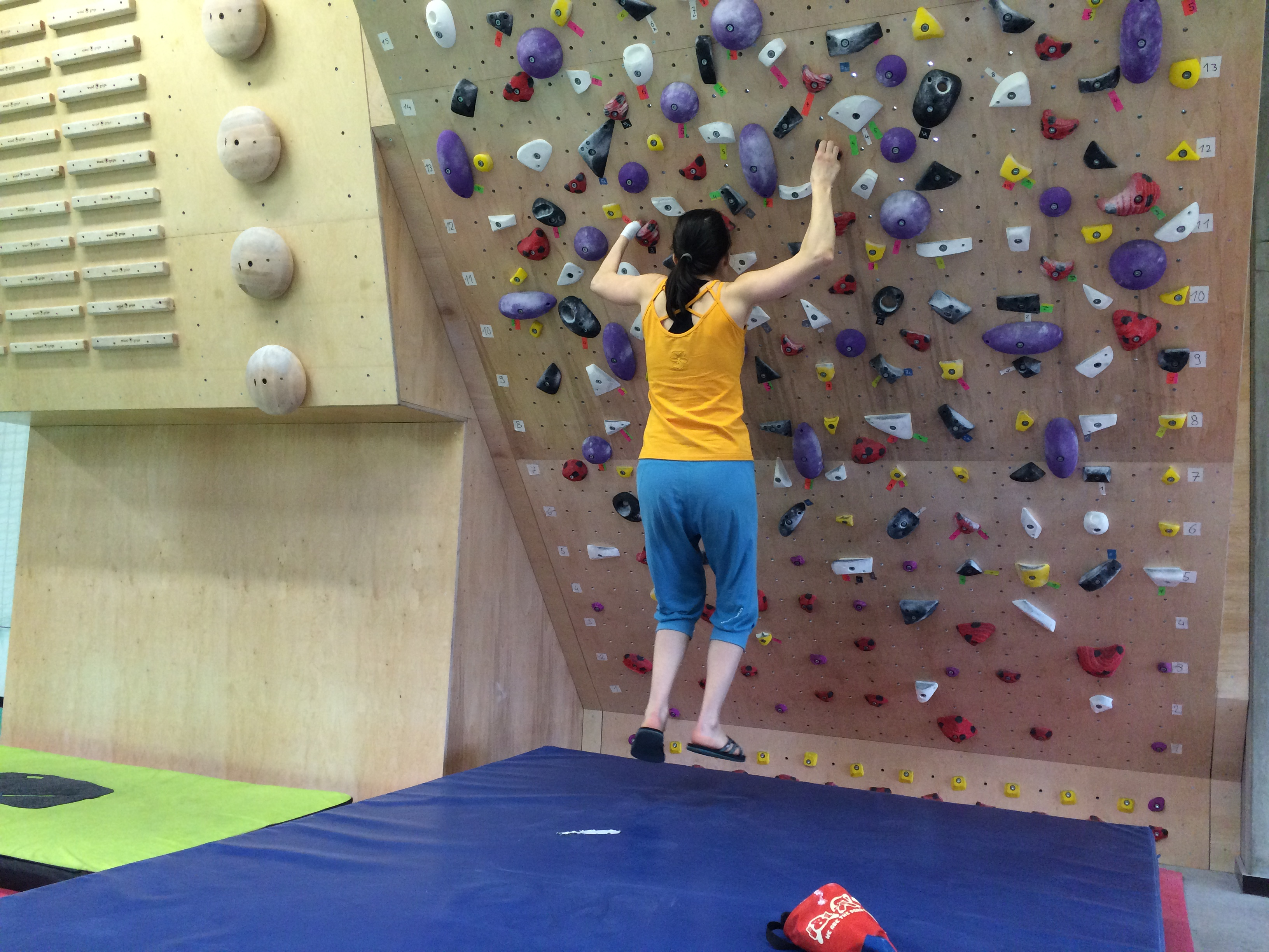 Hanging training on climbing holds